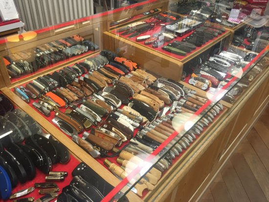 Pocket Knives on display at Klotzli Messerschmiede in Burgdorf.