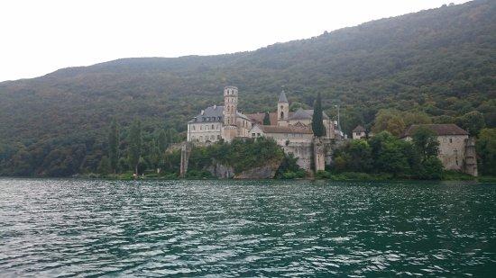 Le Bourget-du-Lac, France : l'abbaye de hautecombe vue du lac