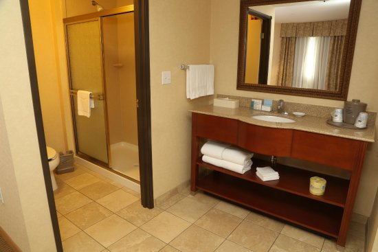 Burlington, Вашингтон: King Studio Suite Vanity and Bathroom