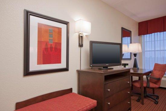 Peabody, ماساتشوستس: Television and Desk