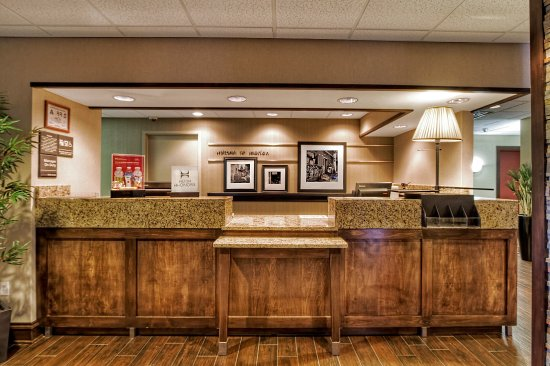 Hampton Inn Marion: Front Desk