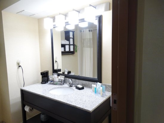 Hampton Inn Buckhannon: Guest Bathroom