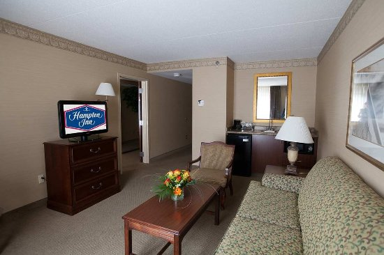 Raynham, MA: Suite Living Room