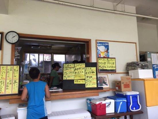 Tokashiki-son, Japan: 受付兼食堂のカウンター