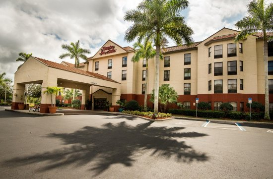 Hampton Inn & Suites Fort Myers Beach / Sanibel Gateway: Front Entrance Day