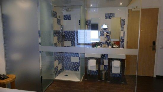 De sanitaire ruimte deur van douche is open de deur v d wc