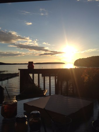 Garden, ميتشجان: Sunset dinner on the deck