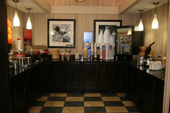 Hampton Inn Bloomington West: Breakfast Area