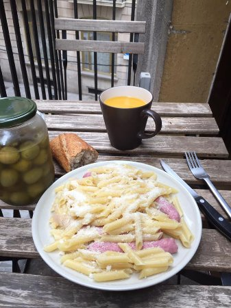 Itaca Hostel: Cooking my food and enjoying it at the hostel's balcony