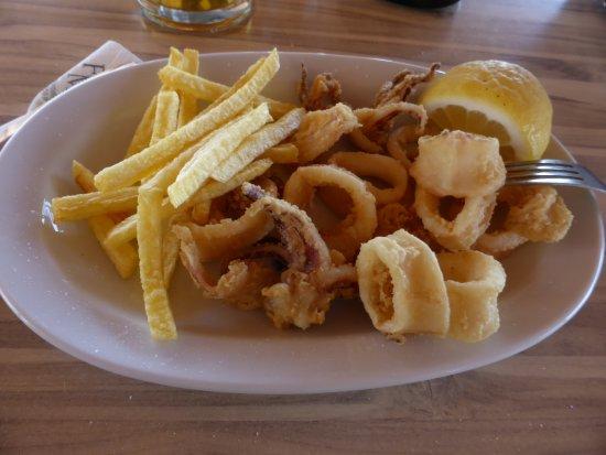 Fata Morgana - Paradisos, Tavern & Cafe: calamari fritti e patate