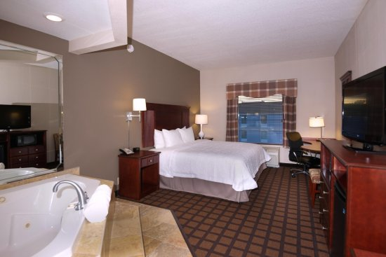 Hampton Inn and Suites Lake City: King Bedroom with Whirlpool