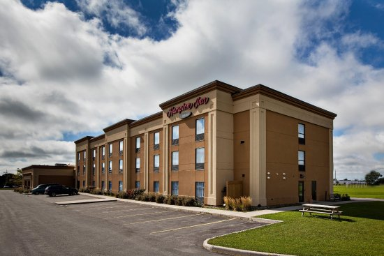 Hampton Inn Napanee-Ontario : Hotel parking area
