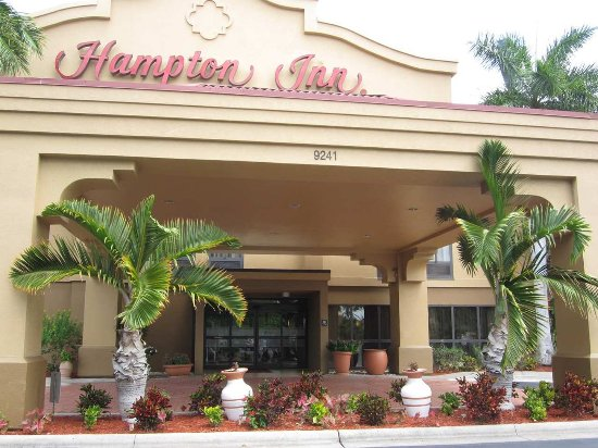 Hampton Inn Ft. Myers - Airport I-75: Front entrance to the Hampton Inn Airport Ft. Myers, Florida.