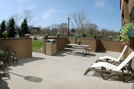 Hampton Inn St. Joseph I-94: Sun Deck Off Of Pool
