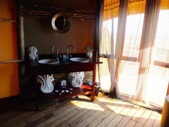 Sesriem, Namibia: Roomy bathroom