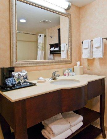 Livingston, تكساس: Guest Room Bathroom Vanity 