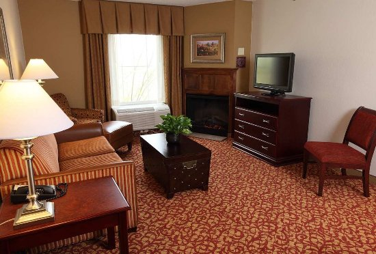 Hampton Inn and Suites Charlottesville - At The University: Suite Living Area