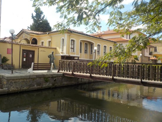 Pazardzhik, Bulgaria: Blick auf das Geburtshaus von Stanislav Dospevski mit Brücke und Kanal