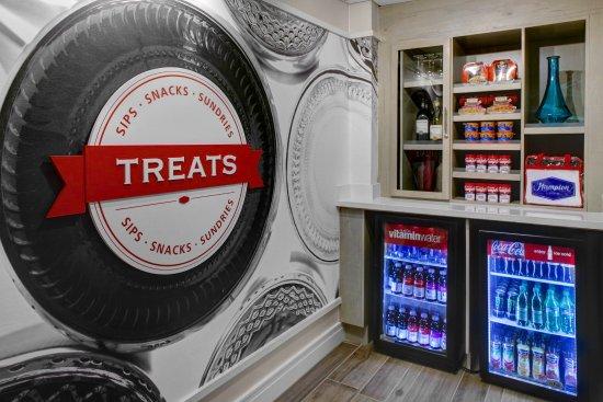 Hampton Inn Atlanta-Georgia Tech-Downtown: Suite Shop Snackhop Drinks
