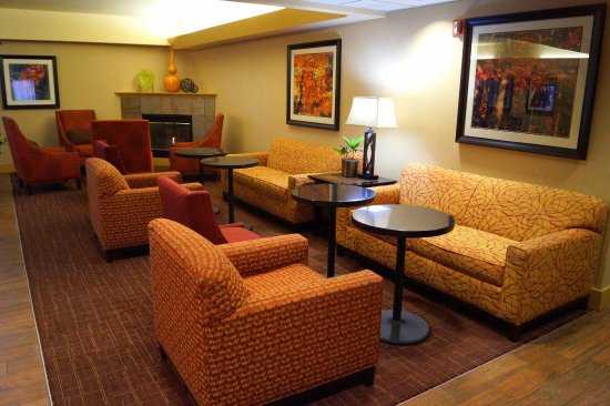 Hampton Inn Altoona: Lobby Sitting Area and Fireplace