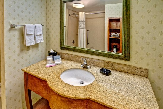 Cleveland, MS: Guest Room Bathroom