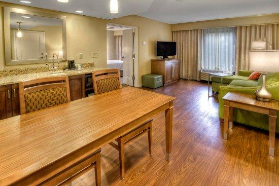 Fletcher, Caroline du Nord : King Suite Living Room