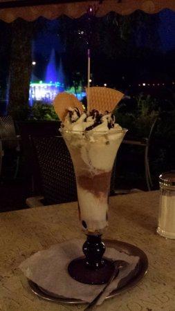 Regen, Allemagne : Ice cream next to festivity lit-up river fountains... nice!