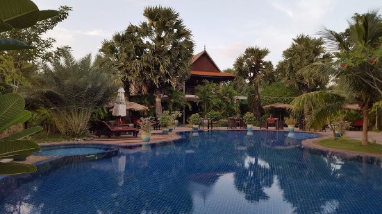 Battambang Resort: Pool, with the restaurant in the backgroud.