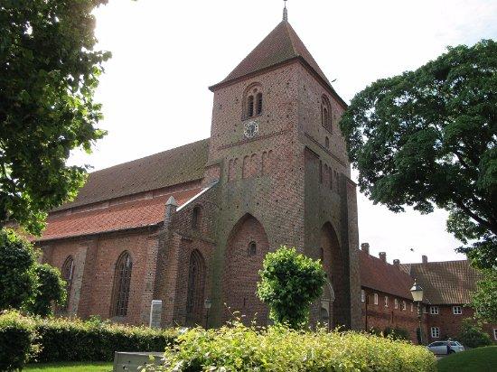 Ribe, Dinamarca: 聖カタリーナ教会と奥に修道院