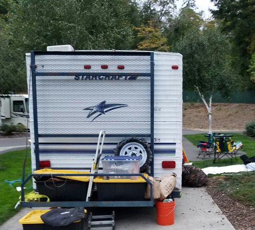 Canyonville, Όρεγκον: Trailer trash. Literally. Trash left outside the trailer