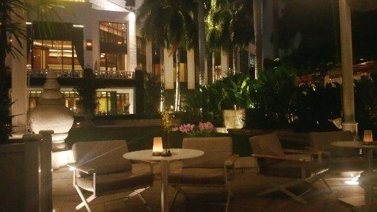 โรงแรมเพนนินซูล่า กรุงเทพ: 20160922_203756_large.jpg