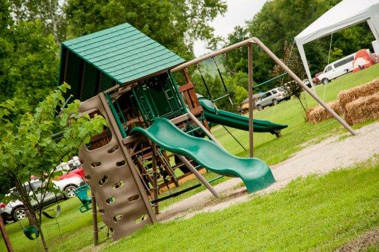 Lebanon, MO: Nice playground for the kids.