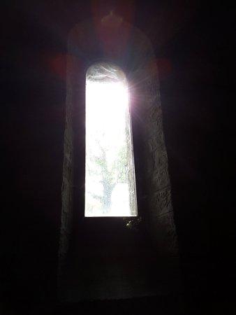 Chiusi della Verna, Włochy: Finestrella all'interno della cappella che sembra rifulgere una Croce