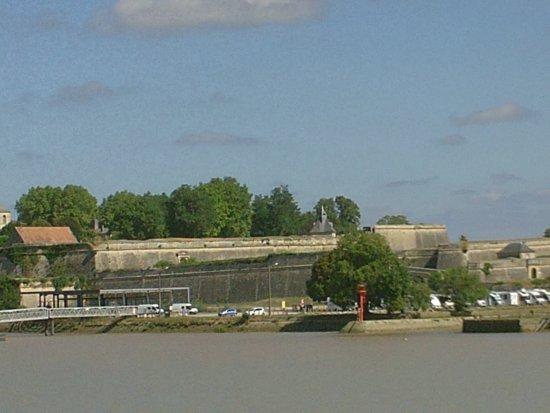 la citadelle de Blaye vue depuis le bac