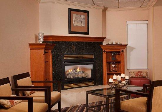 Residence Inn Tysons Corner Mall: Lobby Fireplace
