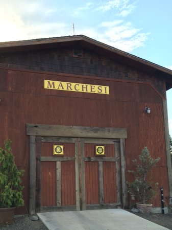 Marchesi Vineyards: Rustic red barn is part of the charm.