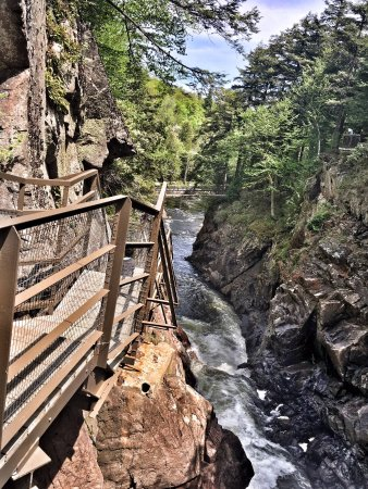 Γουίλμινγκτον, Νέα Υόρκη: Safe bridges and walkways providing access to an otherwise inaccessible area.