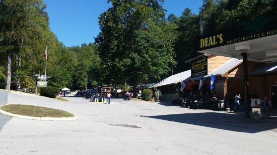 Robbinsville, Carolina del Norte: fuel pumps, gift shop and grill
