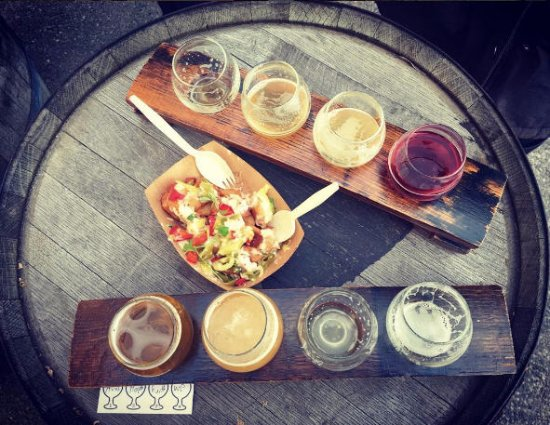 Everett, MA: Night Shift beer flights and delicious food from the food truck