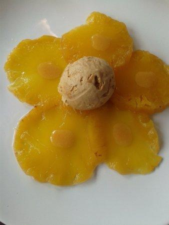 Vaux-sur-Mer, Frankrike: Dessert, le carpaccio d' ananas et sa boule de glace caramel, miam, miam!!