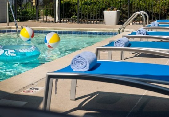 Blue Ash, OH : Outdoor Pool – Lounge Chairs
