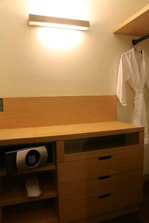 The Westin Lima Hotel & Convention Center: Room 1106 - Wardrobe