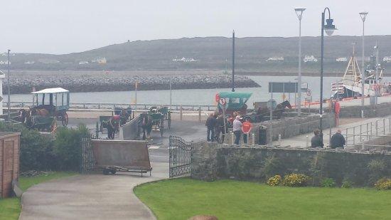 Doolin, Irlanda: Pony and traps await.