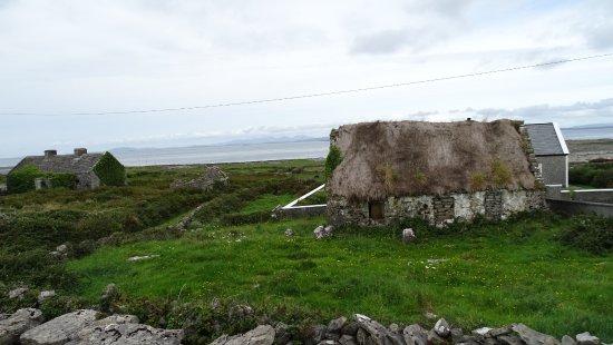 Дулин, Ирландия: Glimpse of Inishmoor.