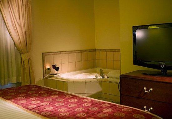 Eagan, MN: King Whirlpool Suite