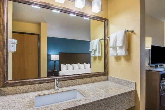 AmericInn Lodge & Suites Eagle: Standard Vanity