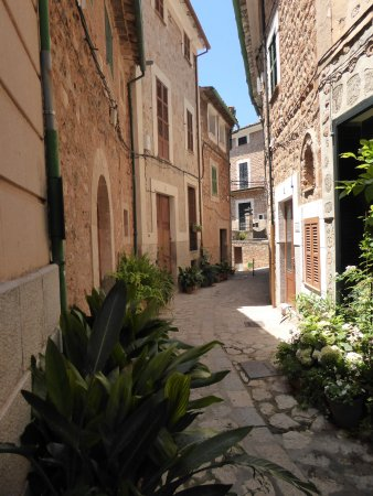 Fornalutx, Spagna: Street Outside Property