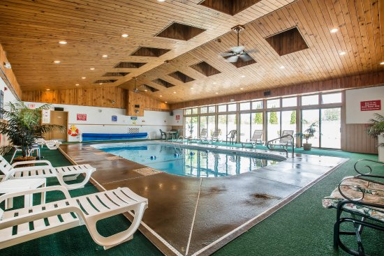 Econo Lodge Inn & Suites - Plattsburgh: Pool