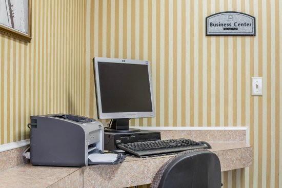 Econo Lodge Inn & Suites - Plattsburgh: Business center