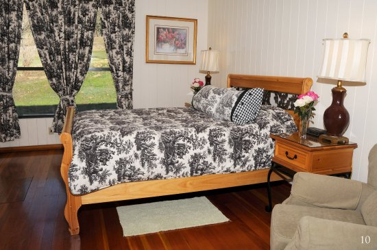 Ukiah, CA: CDInterior Mountain View Queen Room